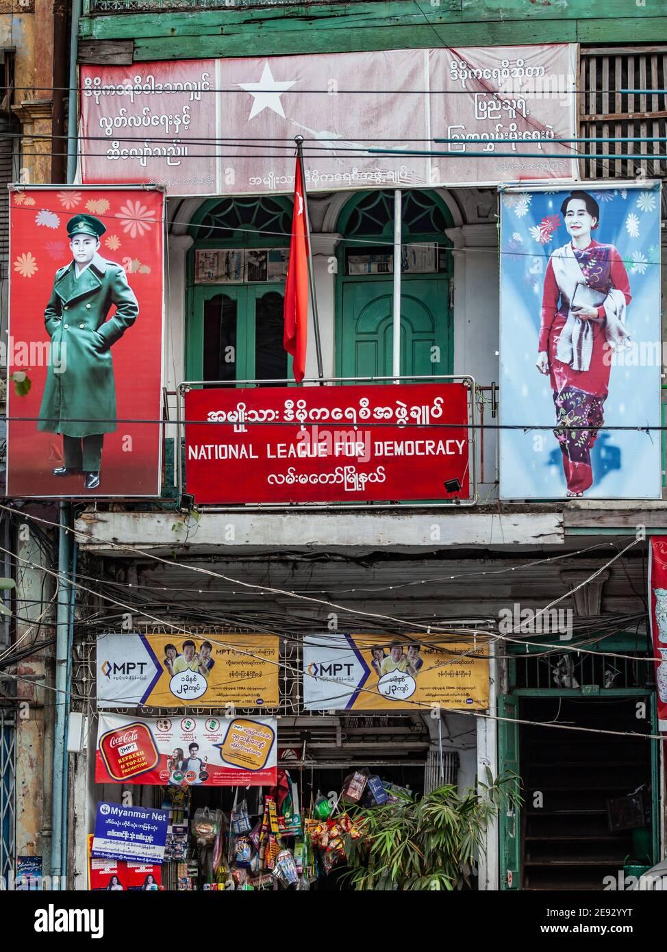 YANGON, MYANMAR - 2 JANVIER 2016 : Bureau de la Ligue nationale pour la démocratie avec des portraits d'Aung San et d'Aung San Suu Kyi à Yangon, au Myanmar. Banque D'Images