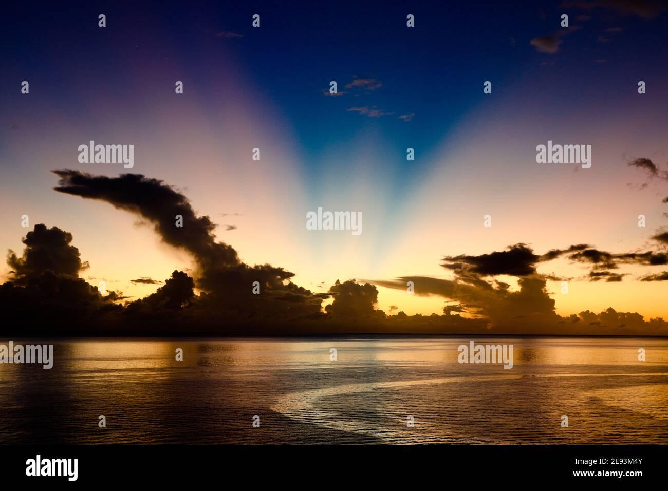 Coucher de soleil spectaculaire sur la mer des Caraïbes Barbade Antilles Banque D'Images
