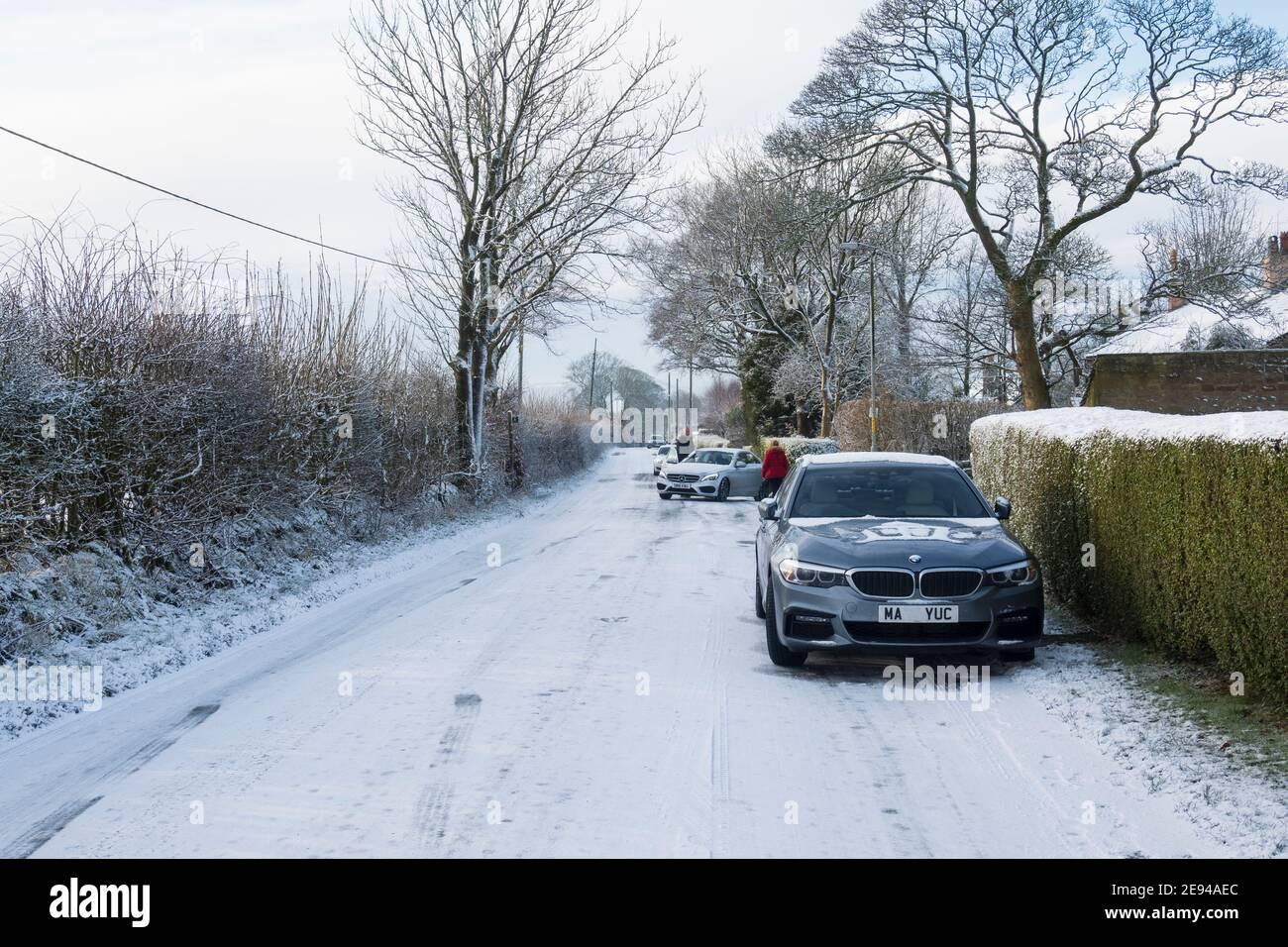 Voitures bloquées sur une route couverte de glace Banque D'Images