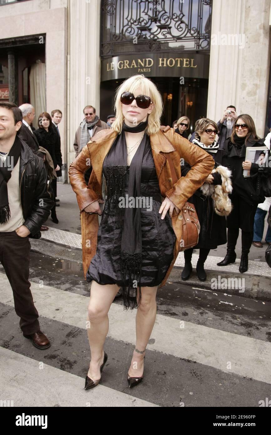 Courtney Love quitte le Grand Hotel après avoir assisté au salon de mode prêt-à-porter automne-hiver 2006-2007 du designer Stella McCartney à Paris, France, le 2 mars 2006. Photo de Orban-Taamallah-Zabulon/ABACAPRESS.COM Banque D'Images