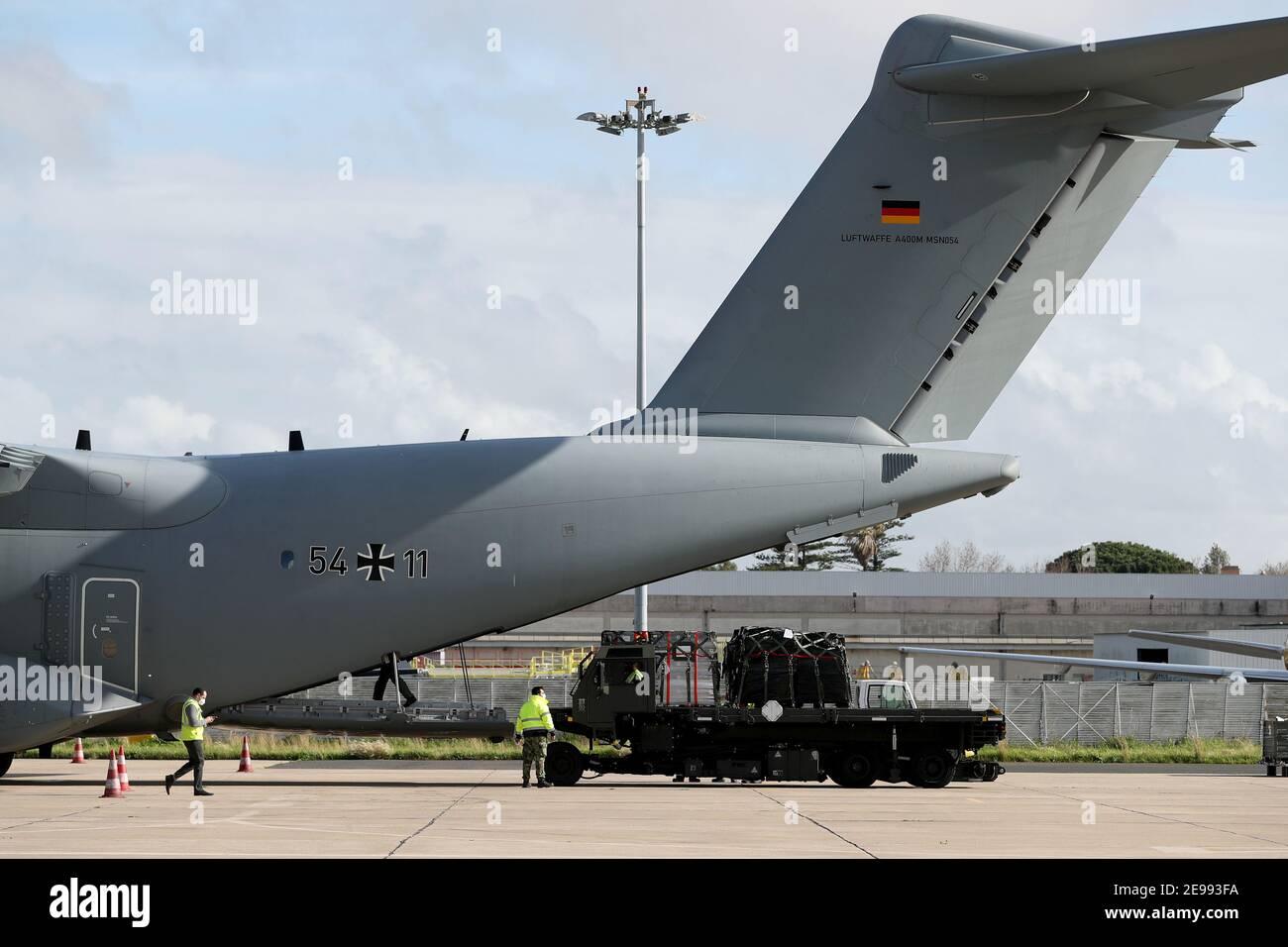 3 février 2021, Lisbonne, Portugal : le LisbonÕs février 2021, l'équipement médical est déchargé d'un avion de transport militaire Airbus A400M de l'armée de l'air allemande à l'aéroport militaire de 3, au Portugal. L'Allemagne envoie 26 professionnels de la santé et des fournitures médicales dans le cadre d'une mission de secours pour lutter contre la pandémie de Covid-19 au Portugal. Dans la première phase, l'aide doit s'étendre sur une période de 21 jours. (Image crédit : © Pedro Fiuza/ZUMA Wire) Banque D'Images