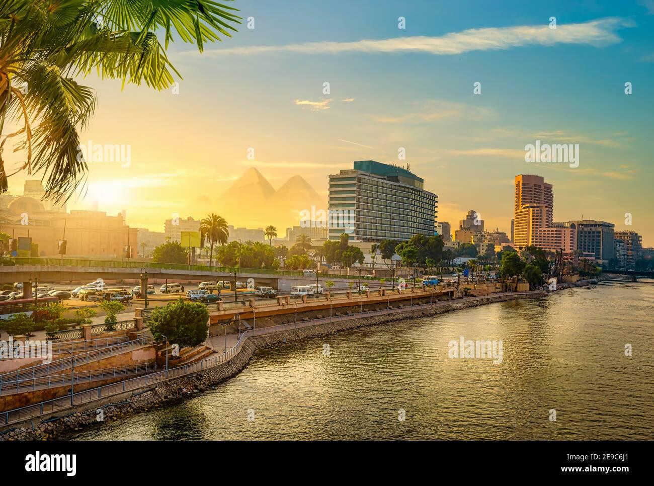 Vue sur le Caire moderne du Nil. Banque D'Images