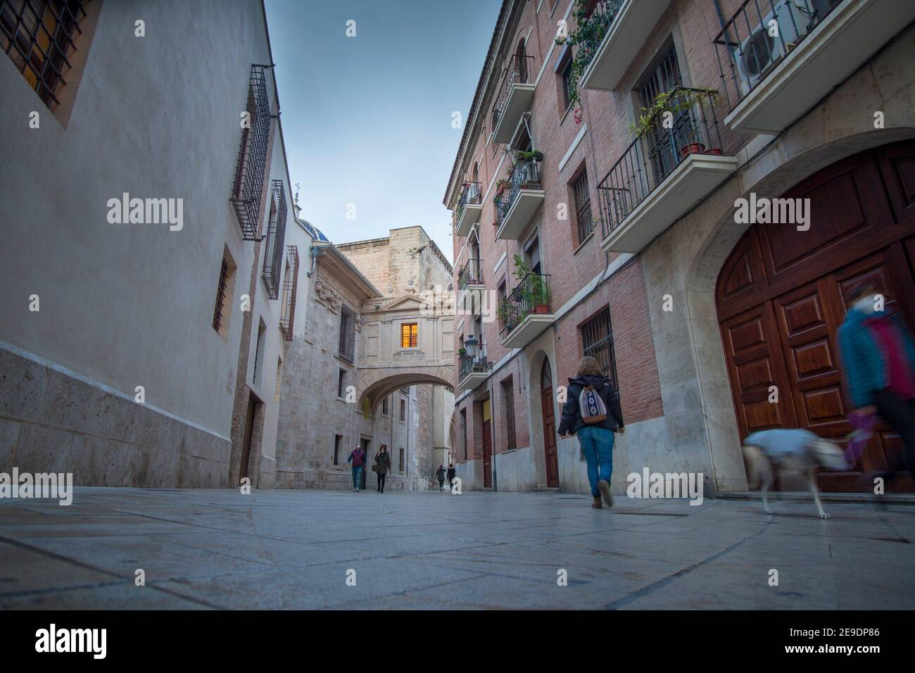 Valence Espagne le 10 décembre 2020 : l'arche de la cathédrale par la rue Barchilla en soirée. Banque D'Images