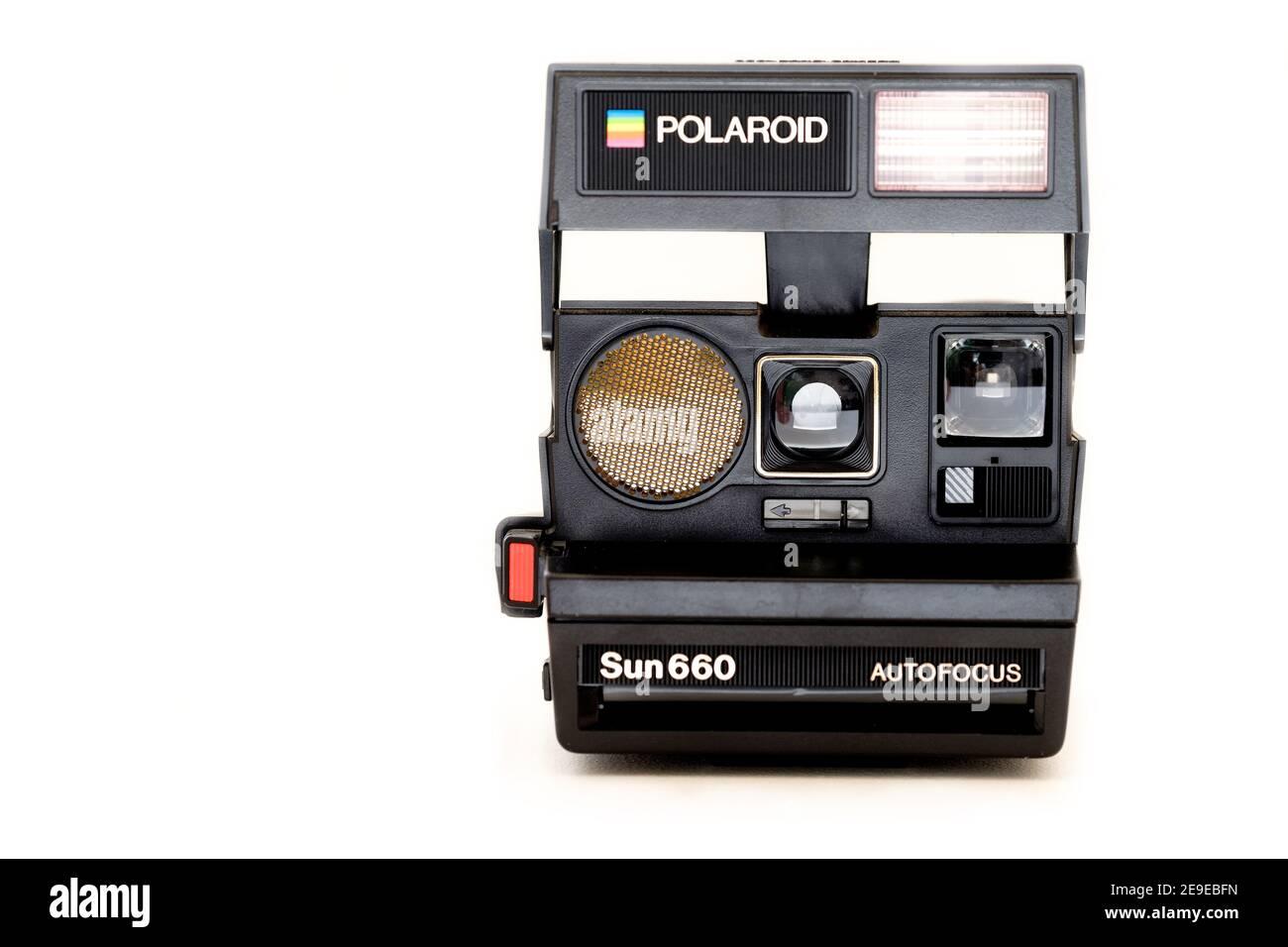 Un appareil photo instantané Polaroid Sun 660 original. L'appareil photo instantané emblématique des années 1980 est montré entièrement ouvert une prise de vue sur un fond blanc Pali Banque D'Images