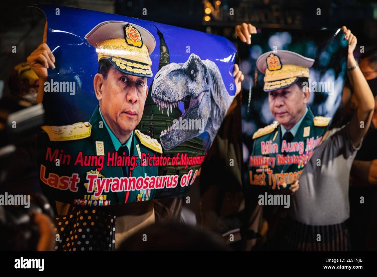 Bangkok, Thaïlande. 4 février 2020. Des manifestants tenant les portraits de min Aung Hlaing tout en manifestant contre le coup d'État militaire.des manifestants du Myanmar se sont rassemblés devant l'ambassade du Myanmar à Bangkok. Après que l'armée du Myanmar ait organisé un coup d'État qui a placé le président en détention, Win Myint et aussi le chef de facto, Aung San Suu Kyi. Les manifestants chantent Kabar Ma Kyay BU (adaptation Song of Dust in the wind by Kansas), allument des bougies et saluent avec trois doigts la restauration de la démocratie au Myanmar. Credit: Varuth Pongsaponwatt/SOPA Images/ZUMA Wire/Alay Live News Banque D'Images