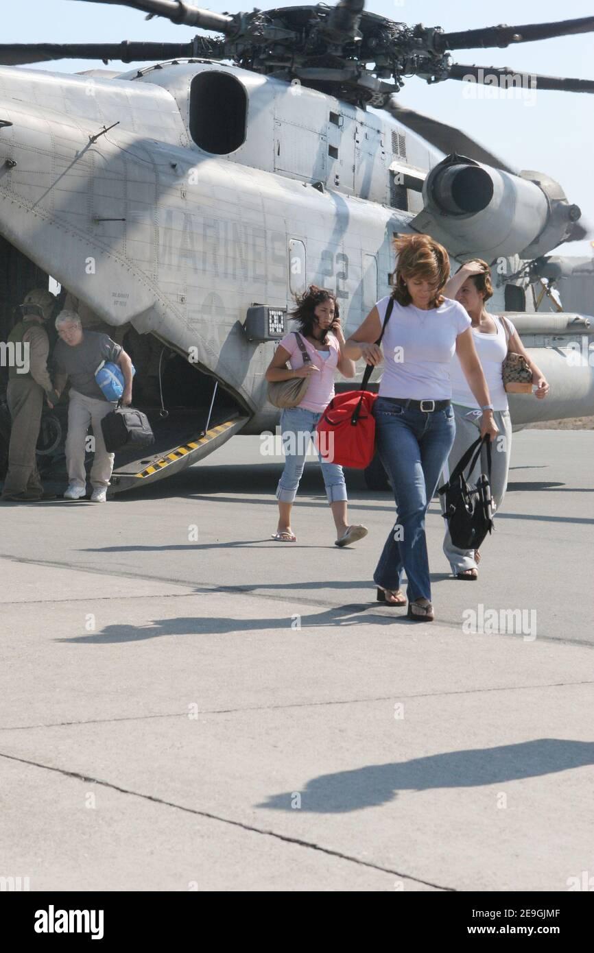 'Les citoyens américains quittent un hélicoptère CH-53E Super Stallion du corps des Marines des États-Unis, affecté au « Chevaliers bleus » du 42e Escadron d'hélicoptères Marine Medium, trois six-cinq, après leur évacuation de Beyrouth, Liban, le 18 juillet 2006. À la demande de l'ambassadeur des États-Unis au Liban et sous la direction du secrétaire à la défense, le Commandement central des États-Unis et la 24e unité expéditionnaire maritime (24 MEU) aident à quitter le Liban les citoyens américains. Photo USN via ABACAPRESS.COM' Banque D'Images