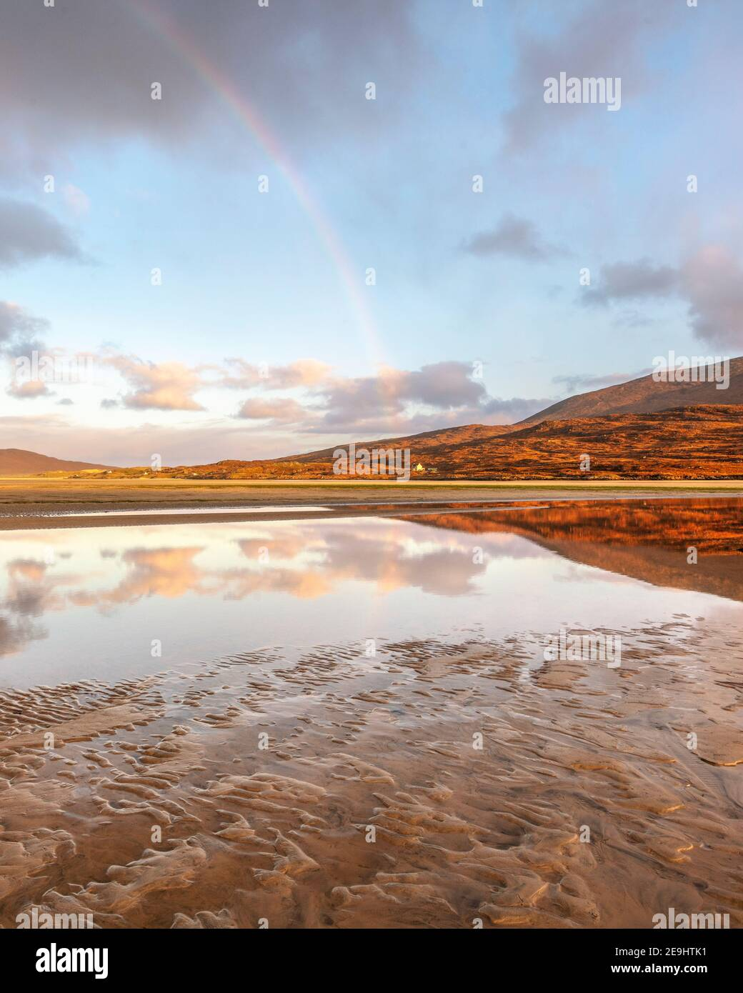 Île de Lewis et Harris, Écosse : un arc-en-ciel et la grande baie de sable de la plage de LUSKENTIRE sur l'île de Harris Sud Banque D'Images