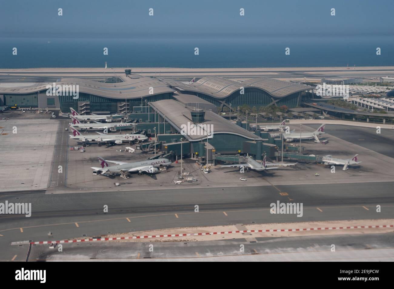 05.06.2019, Doha, Qatar, Asie - vue aérienne du nouveau terminal avec les avions passagers de Qatar Airways garés à l'aéroport international de Hamad. Banque D'Images