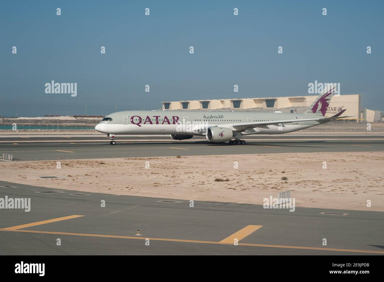 05.06.2019, Doha, Qatar, Asie - un Airbus A350-1000 Qatar Airways a des avions de passagers qui desservent la piste de l'aéroport international d'Hamad. Banque D'Images
