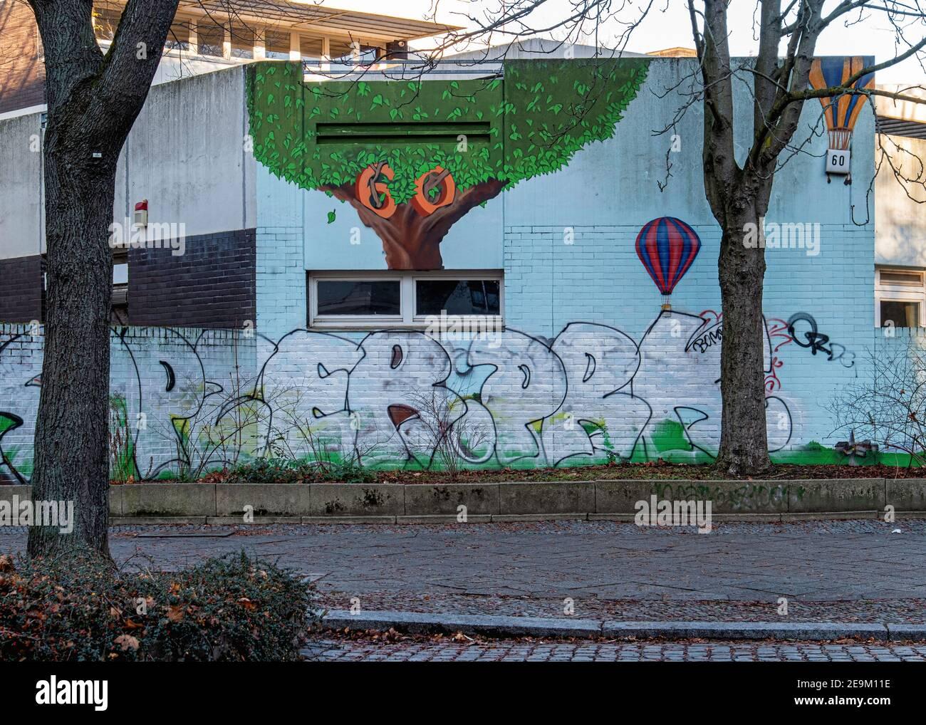 Art de rue sur le mur de Kindergärten ville école maternelle, Ackerstrasse 60, Mitte, Berlin. Ballon d'air chaud Banque D'Images