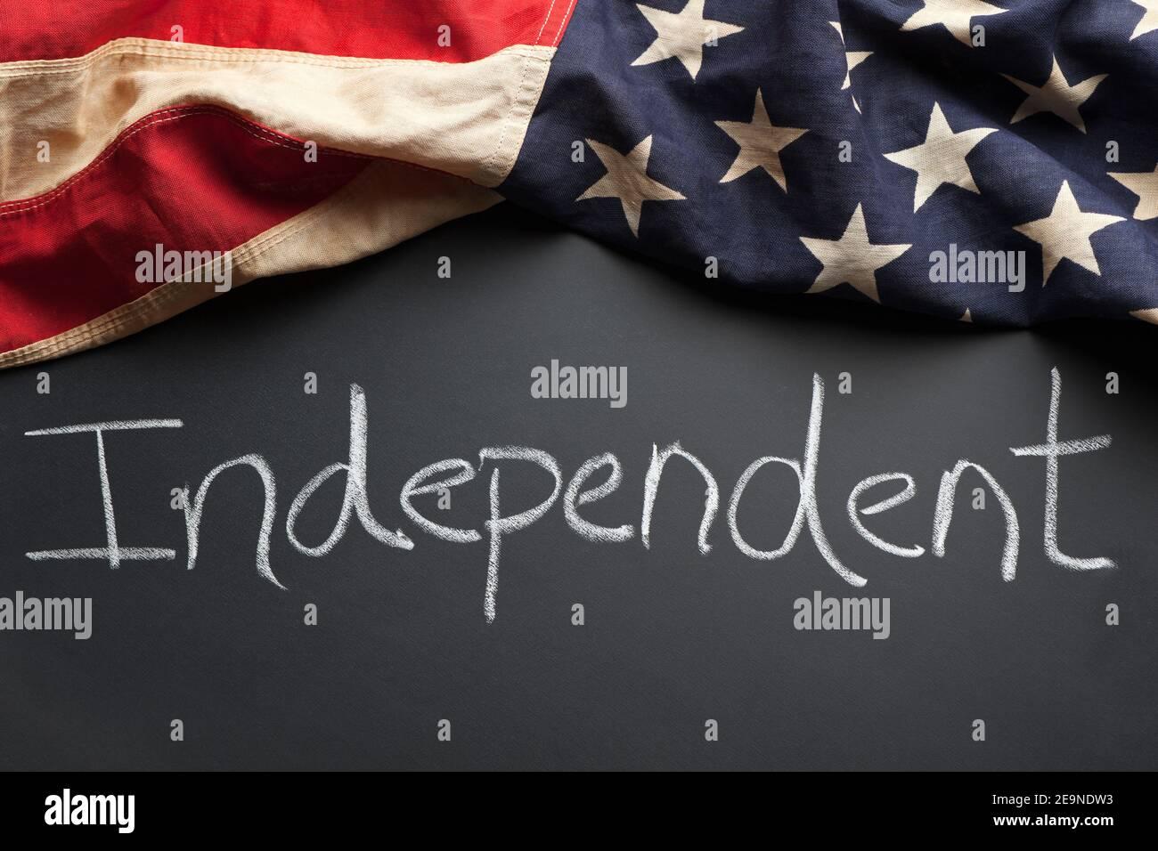 Signe de parti politique indépendant écrit sur un tableau noir avec vintage Drapeau américain Banque D'Images