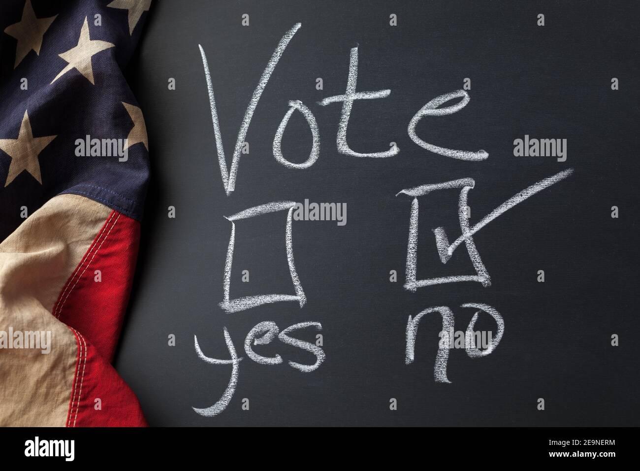 Voter signe avec aucune case à cocher sélectionnée manuscrite sur un tableau de surveillance Bordé d'un drapeau américain d'époque Banque D'Images