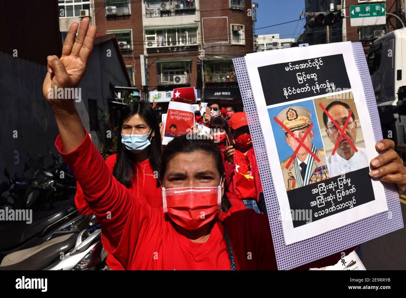 Des membres de la communauté birmane à Taipei protestent contre le coup d'État militaire du Myanmar à Little Burma, qui abrite de nombreux immigrants birmans de Taïwan, à Taipei, Taïwan, le 6 février 2021. REUTERS/Ann Wang Banque D'Images