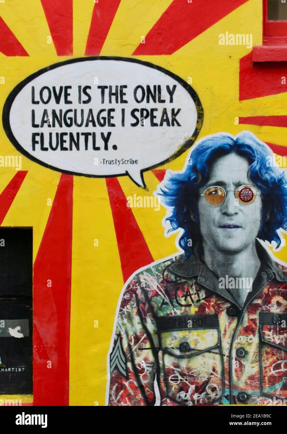 L'amour est la seule langue que je parle couramment. John Lennon Wall art de LockDown Saturday à Brighton, Angleterre. Tout ce dont vous avez besoin, c'est de l'amour. Message de Saint-Valentin Banque D'Images