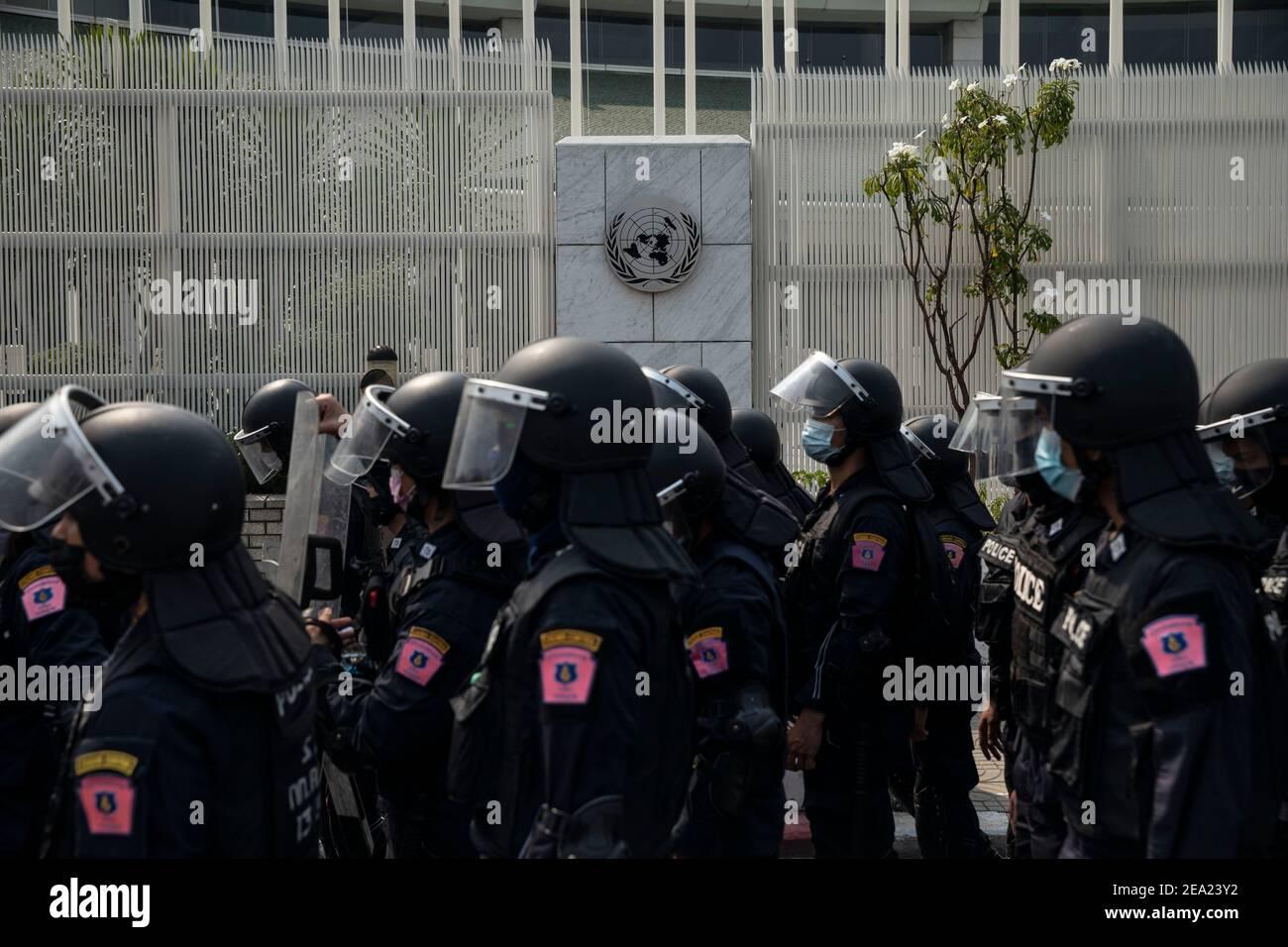 Thaïlande. 7 février 2021. La police anti-émeute thaïlandaise s'est déplacée pour disperser les manifestants à l'extérieur du bâtiment de la CESAP de l'ONU lors d'une manifestation contre le coup d'État militaire du Myanmar, à Bangkok, en Thaïlande, le dimanche 7 février 2021, à Bangkok, en Thaïlande. Credit: Andre Malerba/ZUMA Wire/Alay Live News Banque D'Images