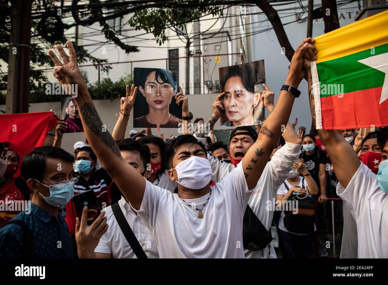 Thaïlande. 7 février 2021. Les citoyens du Myanmar tiennent le salut à trois doigts devant l'ambassade du Myanmar, lors d'une manifestation contre le coup d'État militaire du Myanmar, à Bangkok, en Thaïlande, le dimanche 7 février 2021, à Bangkok, en Thaïlande. Credit: Andre Malerba/ZUMA Wire/Alay Live News Banque D'Images
