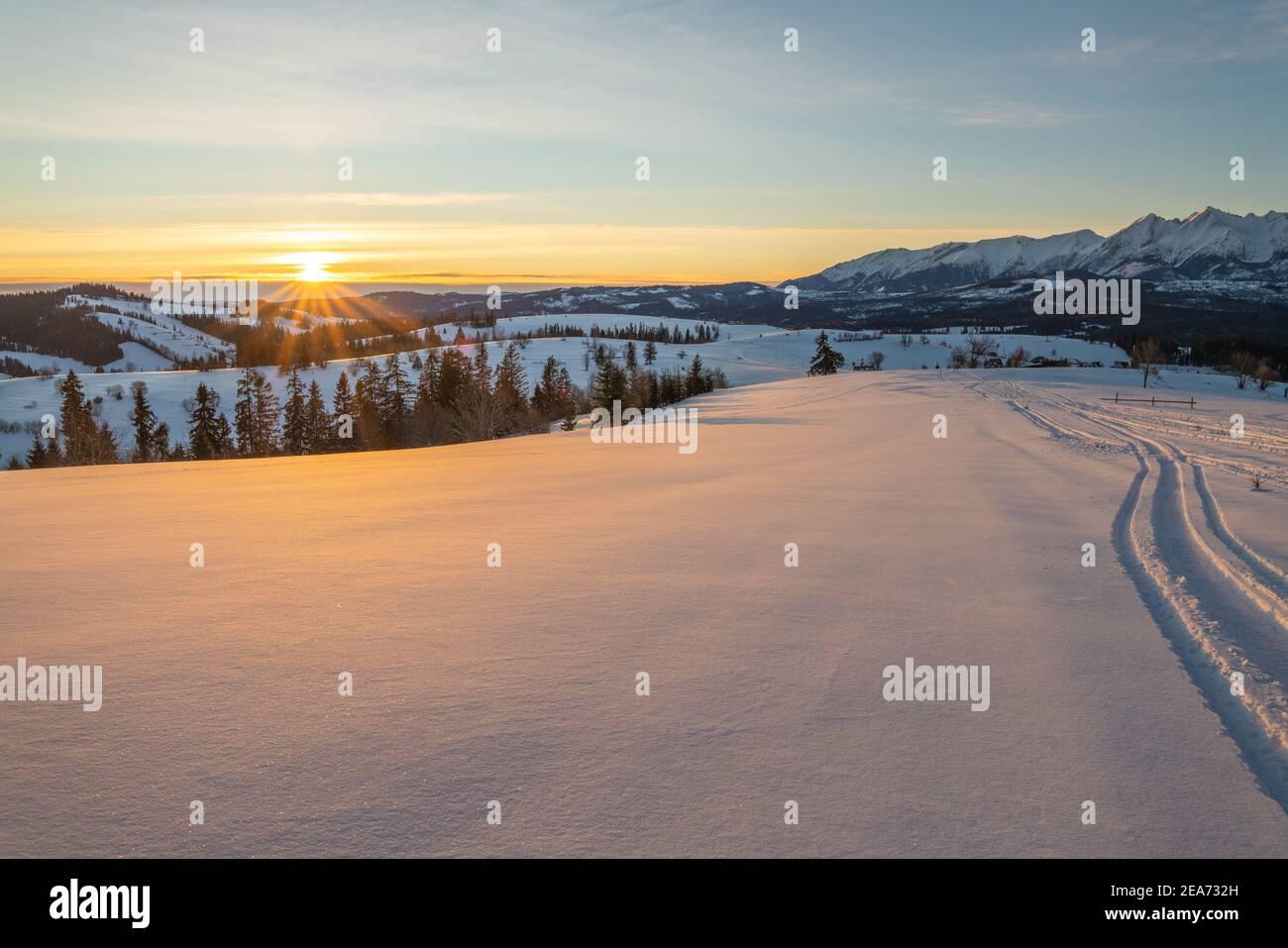 traces dans la neige de conduire des motoneiges dans un beau paysage de montagne Banque D'Images