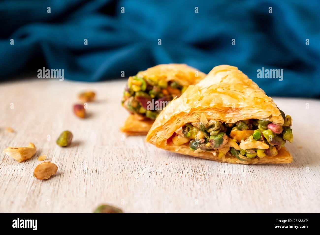 Bonbons arabes nommés baklava remplie de pistache Banque D'Images