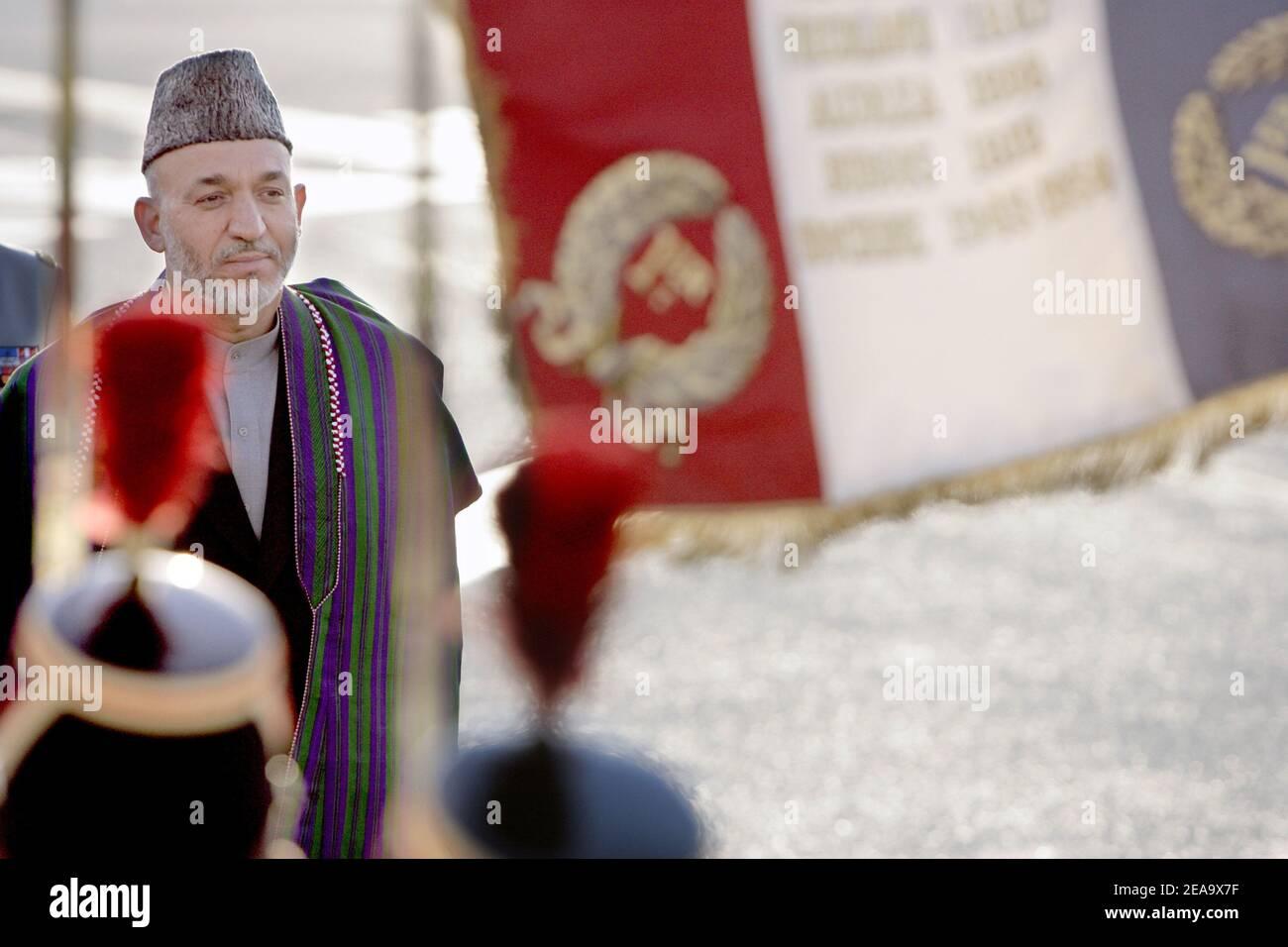 Le président afghan Hamid Karzaï arrive à l'aéroport d'Orly, près de Paris, en France, le 2 octobre 2005. Karzaï est en visite officielle de quatre jours en France, où il discutera avec le président Jacques Chirac et cherchera à obtenir un soutien continu pour la reconstruction de l'Afghanistan ravagé par la guerre, ont déclaré les responsables. Photo de Mousse/ABACAPRESS.COM. Banque D'Images