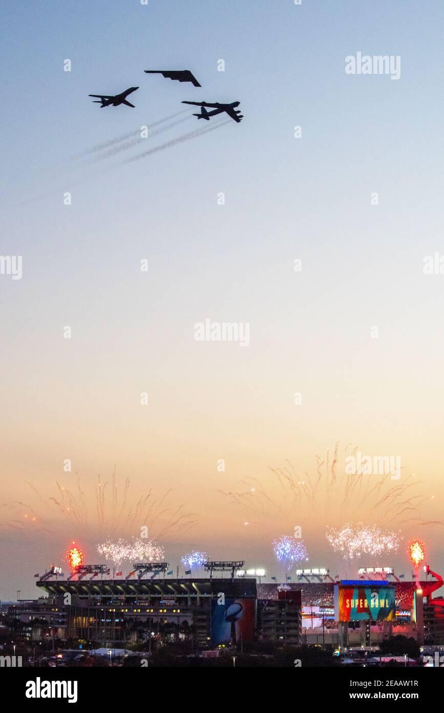 Tampa, États-Unis. 07e février 2021. Les bombardiers de la US Air Force Global Strike Command effectuent un survol pendant le Super Bowl LV au stade Raymond James le 7 février 2021 à Tampa, en Floride. Credit: Planetpix/Alamy Live News Banque D'Images