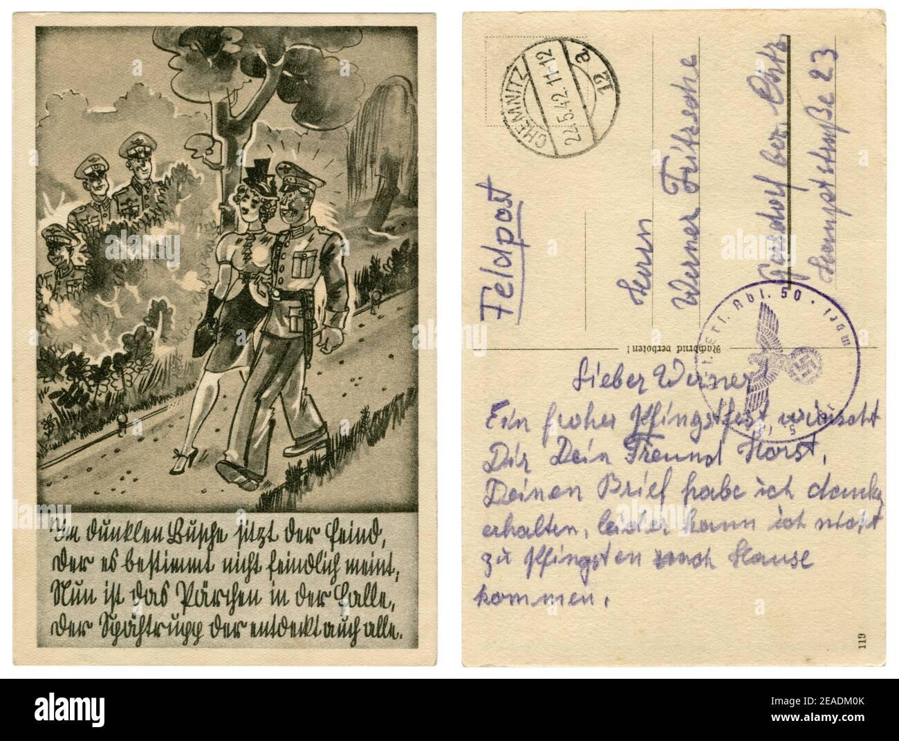 Carte postale historique allemande : soldat allemand en tenue habillée uniforme marchant dans le parc avec une fille. Date et embuscade dans les buissons, série satirique 1939 Banque D'Images