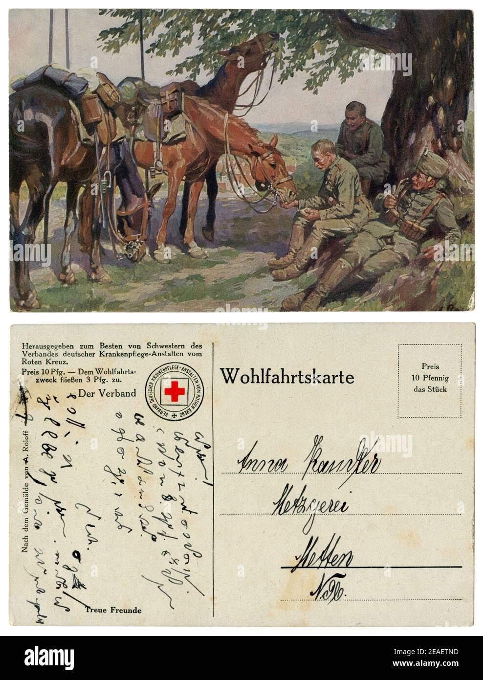Carte postale historique allemande : hussards de Cavalry « trois amis » sur un arrêt à l'ombre d'un arbre. On fume un tuyau. L'autre alimente le cheval. Grande guerre Banque D'Images