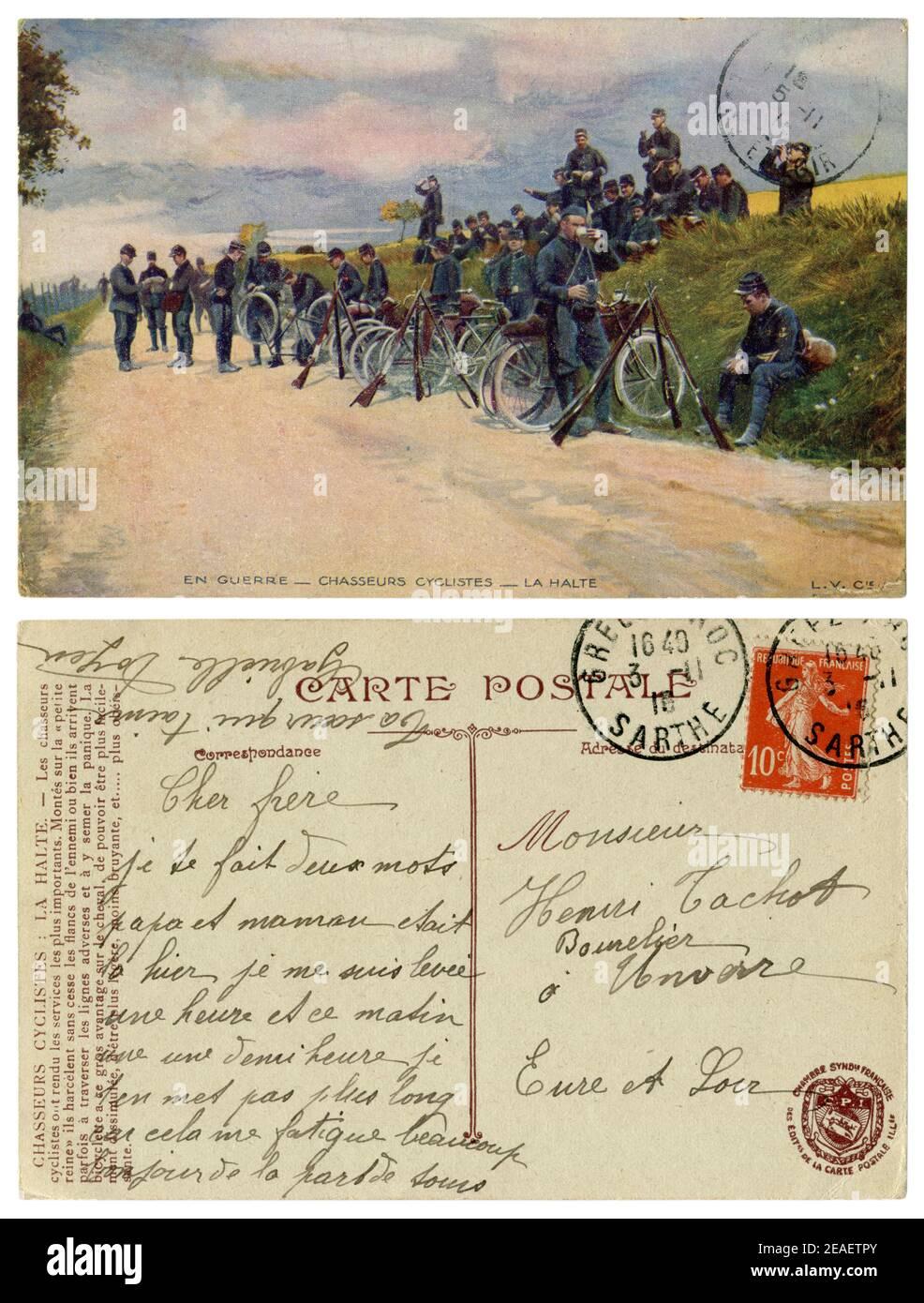 Carte postale historique française : unité Bicycle chasseur à l'arrêt sur le côté de la route. Les soldats boivent du thé à côté de leurs vélos. Guerre mondiale I 1914-1918 Banque D'Images
