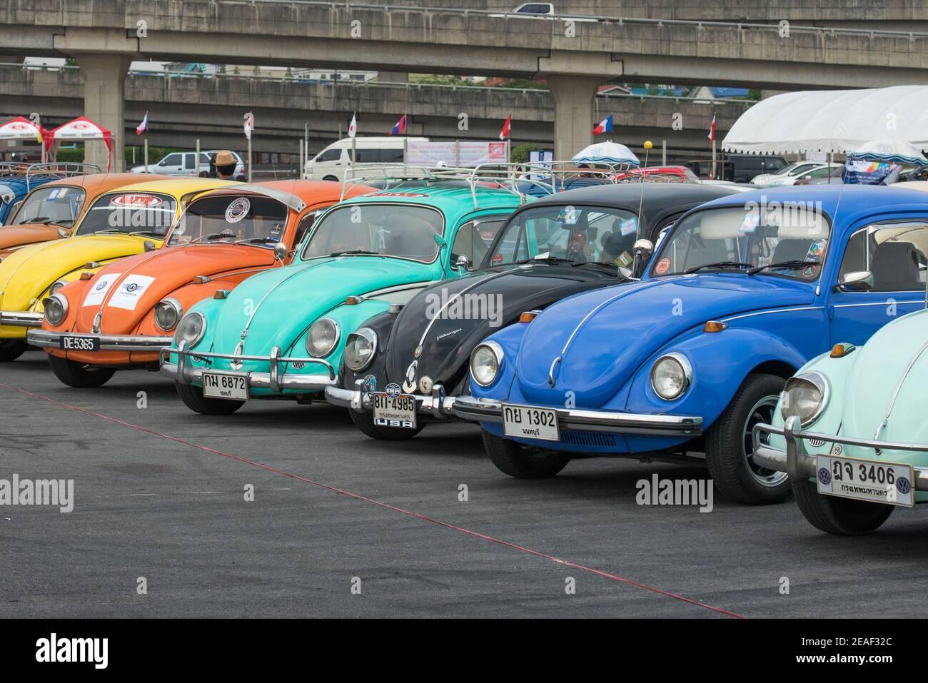 Thaïlande, Bangkok : la rangée de coléoptères VW au Siam VW Festival, une rencontre automobile classique pour Volkswagen refroidi par air. Banque D'Images