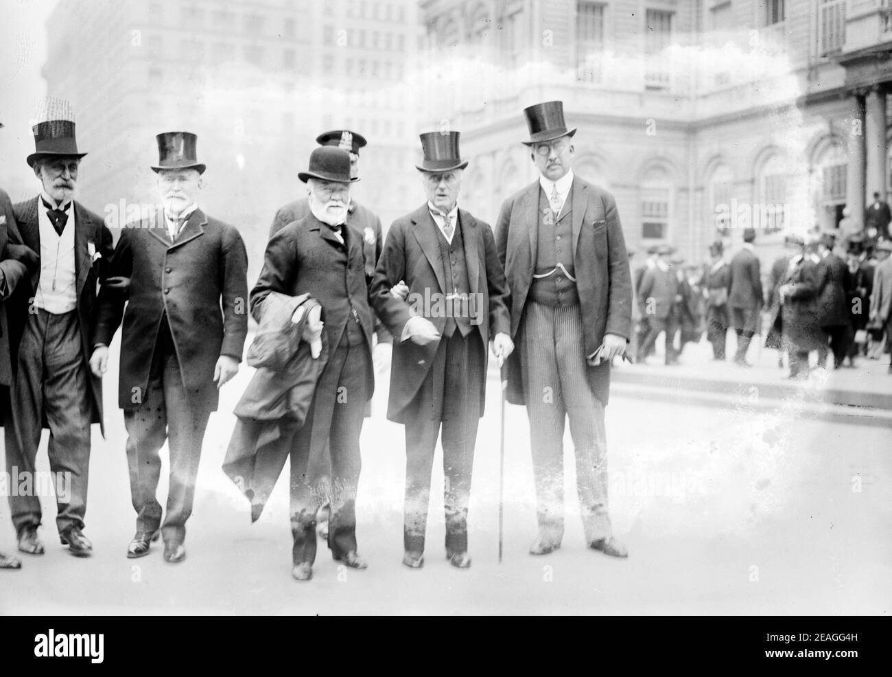 Andrew Carnegie (1835-1919) et Philip James Stanhope, 1er baron Weardale (1847-1923), membres du Comité anglo-américain du centenaire de la paix, devant l'hôtel de ville de New York, mai 1913 Banque D'Images