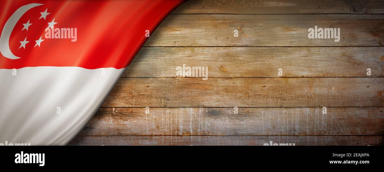 Drapeau singapourien sur une bannière murale en bois d'époque Banque D'Images