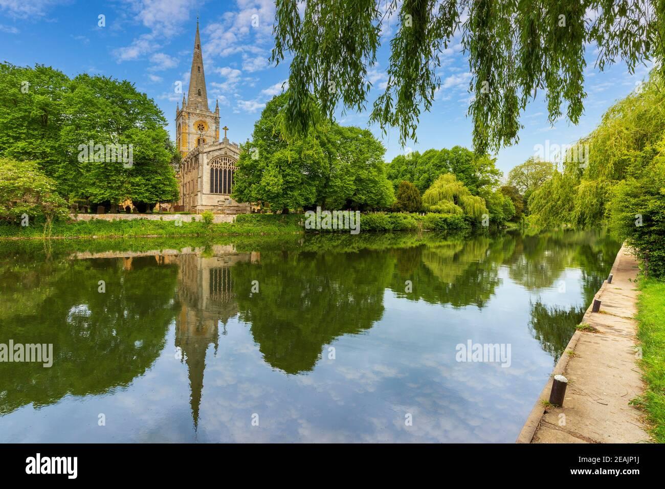 Église de la Sainte-Trinité reflétée dans la rivière Avon à Stratford-upon-Avon, en Angleterre Banque D'Images