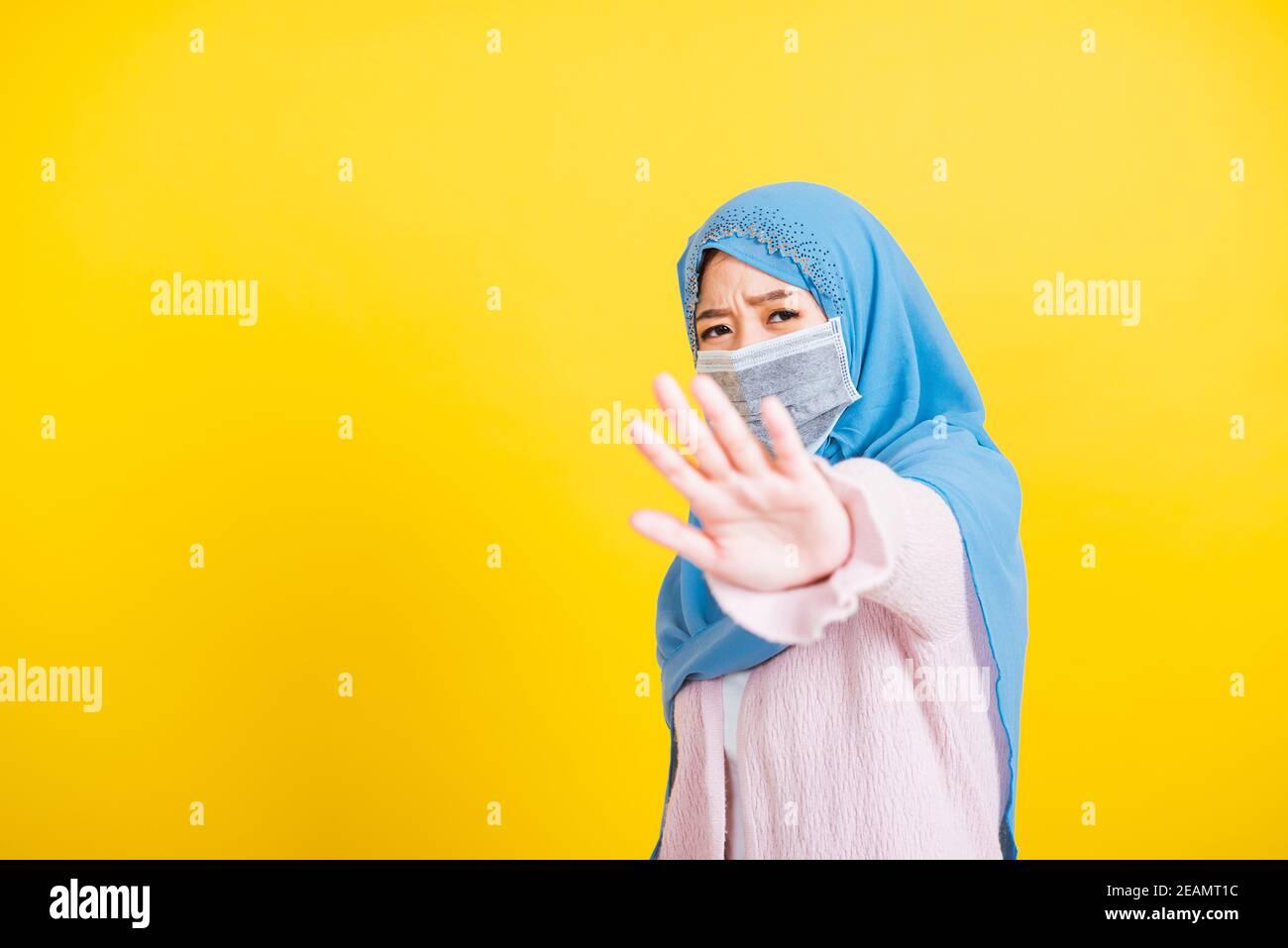 Asiatique musulmane arabe femme Islam religieux porter voile hijab show dites sans signe à la main Banque D'Images