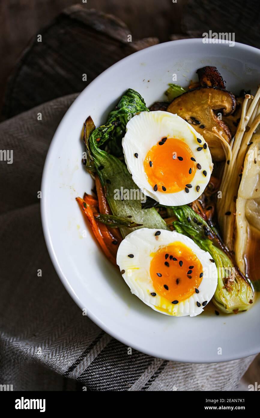 Bouillon shiitake avec légumes sautés et boulettes de jiaozi Banque D'Images