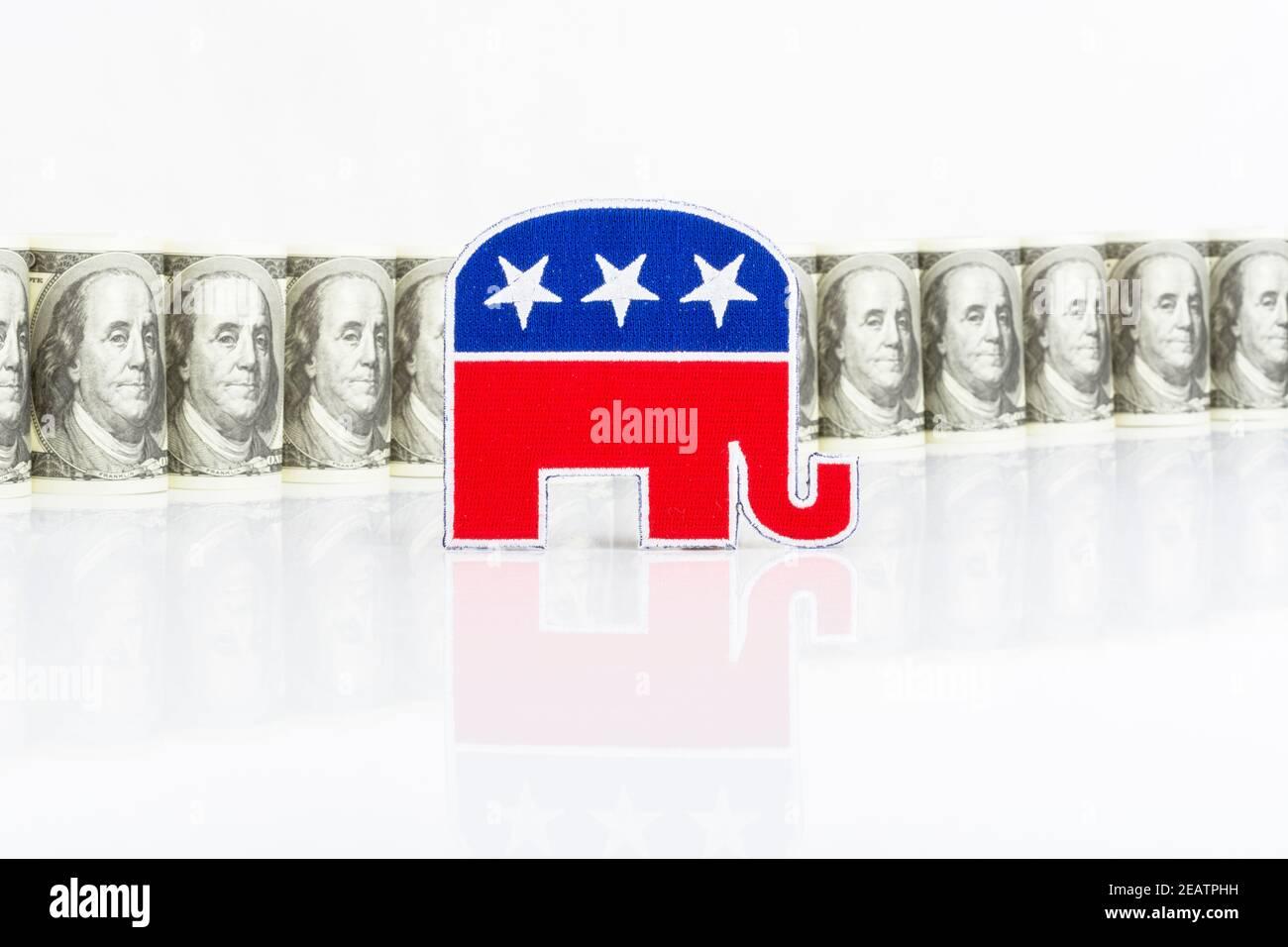 Badge de logo éléphant républicain GOP avec billets en dollars américains (bons exemplaires de formation). Pour la collecte de fonds politiques aux États-Unis et les fonds de la campagne républicaine PAC Banque D'Images