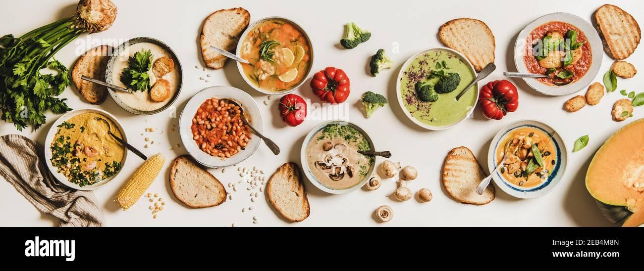 Assiette de soupe maison crémeuse végétarienne dans des assiettes avec tranches de pain sur fond blanc de table, vue du dessus. Automne l'hiver, soupes végétaliennes crémeuses, menu végétarien, concept de cuisine de confort Banque D'Images