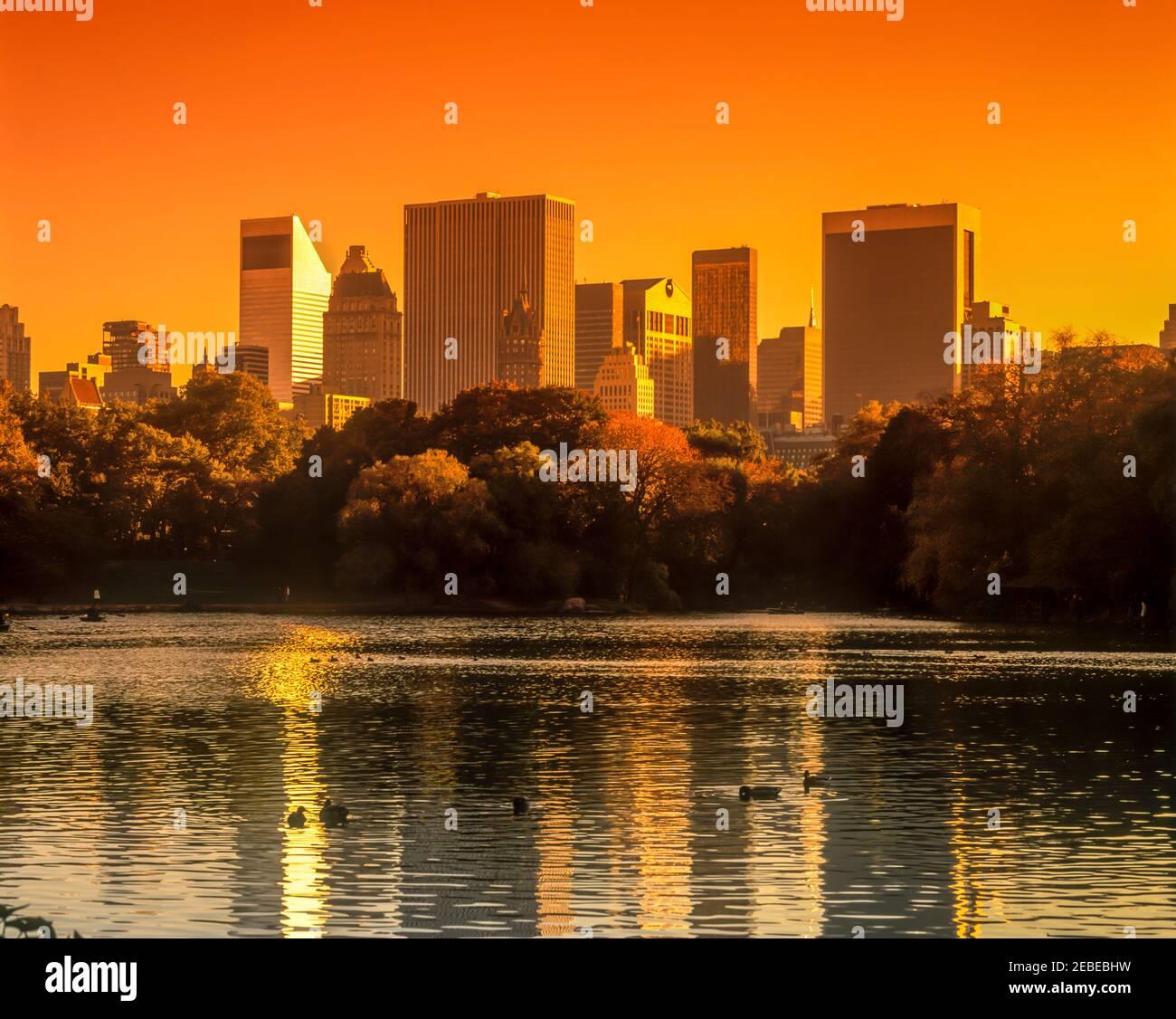 2001 HISTORIQUE MIDTOWN SKYLINE LAKE CENTRAL PARK MANHATTAN NEW YORK VILLE ÉTATS-UNIS Banque D'Images