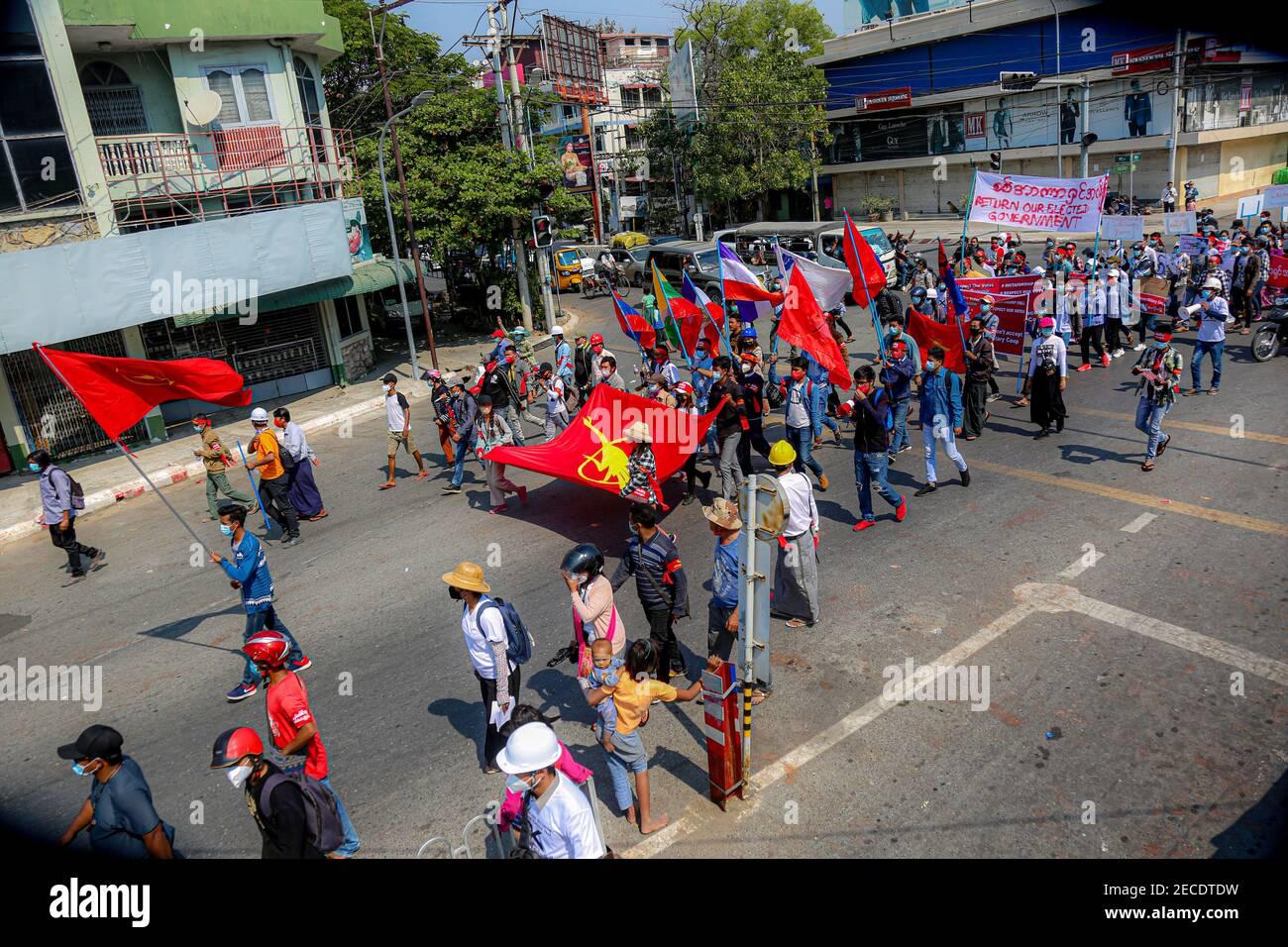 Les manifestants qui détiennent le drapeau du syndicat de la Fédération des étudiants de toute la Birmanie lors d'une marche contre le coup d'État militaire.l'armée du Myanmar a détenu le conseiller d'État du Myanmar Aung San Suu Kyi le 01 février, 2021 et a déclaré l'état d'urgence tout en prenant le pouvoir dans le pays pendant un an après avoir perdu l'élection contre la Ligue nationale pour la démocratie (NLD). Banque D'Images