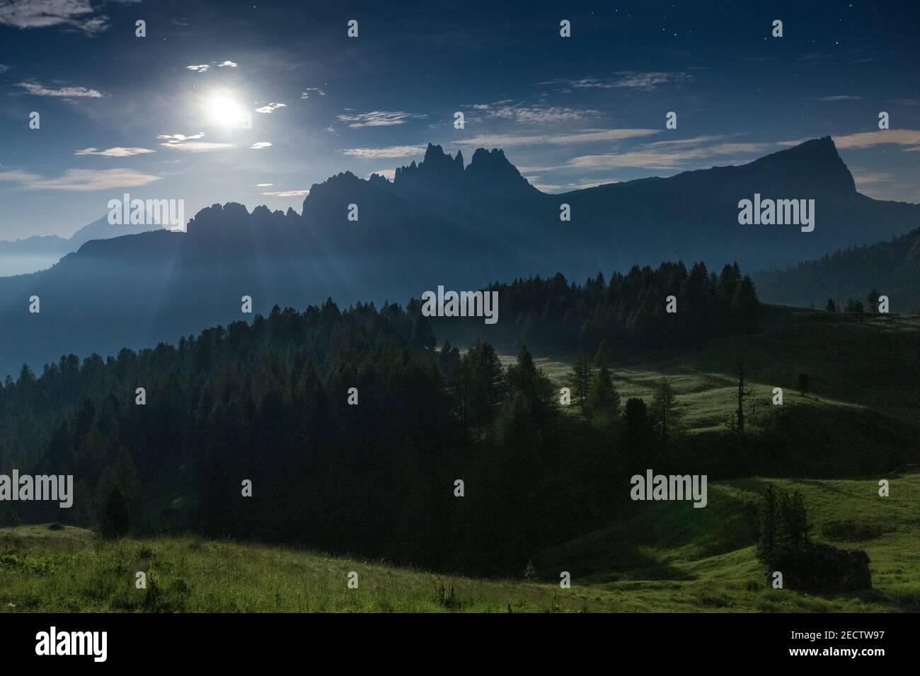 Clair de lune sur les sommets de Croda da Lago et de Lastoni di Formin. Paysage de nuit. Les Dolomites d'Ampezzo. Forêt de conifères. Alpes italiennes. Europe. Banque D'Images
