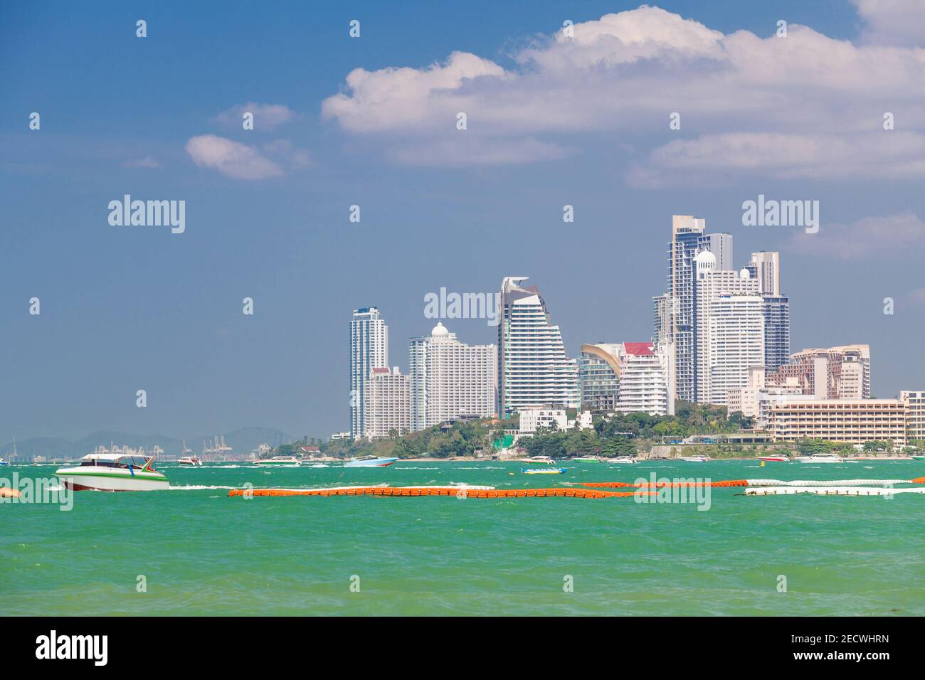 Arrière-plan hôtels et bateaux sur l'eau turquoise à Pattaya Beach, Thaïlande Banque D'Images