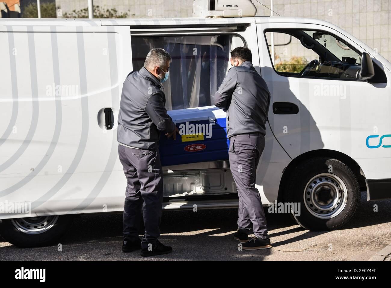 Beyrouth, Liban, 14 février 2021. Les hommes chargent une glacière remplie de vaccin dans une fourgonnette à destination du centre médical de l'AUB le premier jour du lancement du programme de vaccination Covid-19 au Liban. Elizabeth FITT crédit: Elizabeth FITT/Alay Live News Banque D'Images