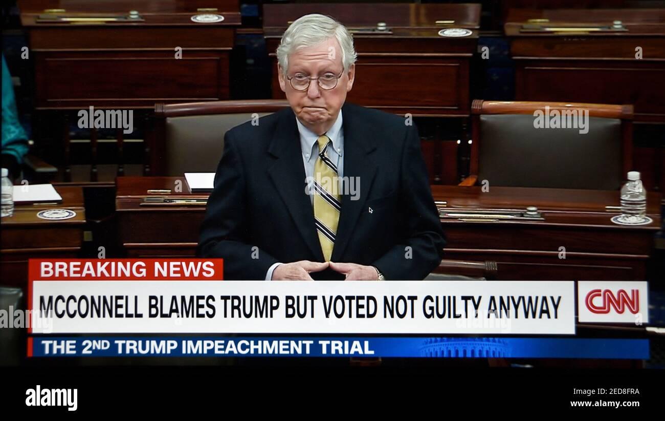 CNN-TV capture d'écran du sénateur Mitch McConnell critiquant Donald Trump après avoir voté pour acquitter l'ancien président lors de son deuxième procès de destitution. Banque D'Images