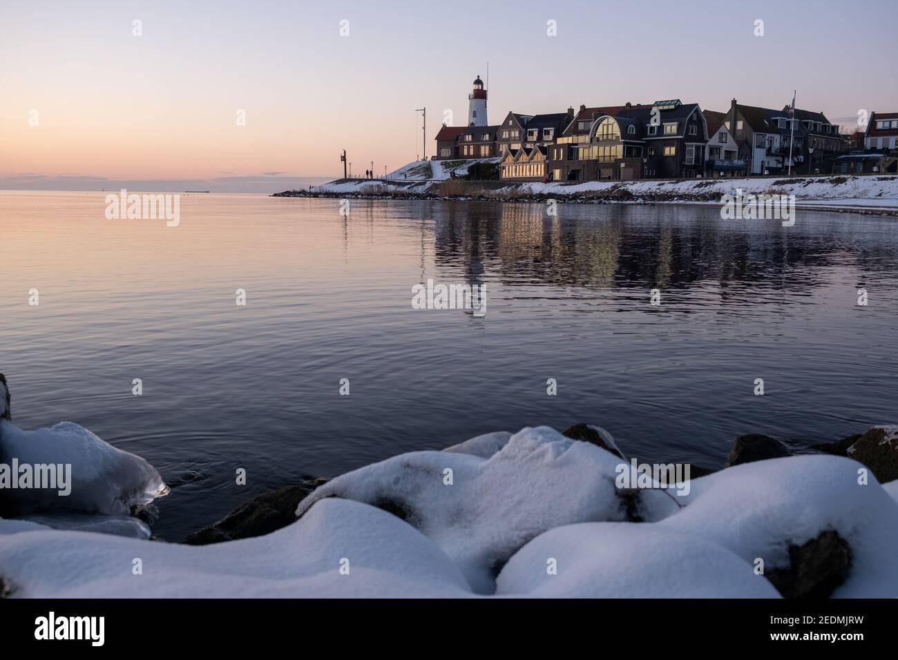 Plage couverte de neige pendant le wnter par le phare d'Urk aux pays-Bas. Temps froid d'hiver aux pays-Bas Banque D'Images
