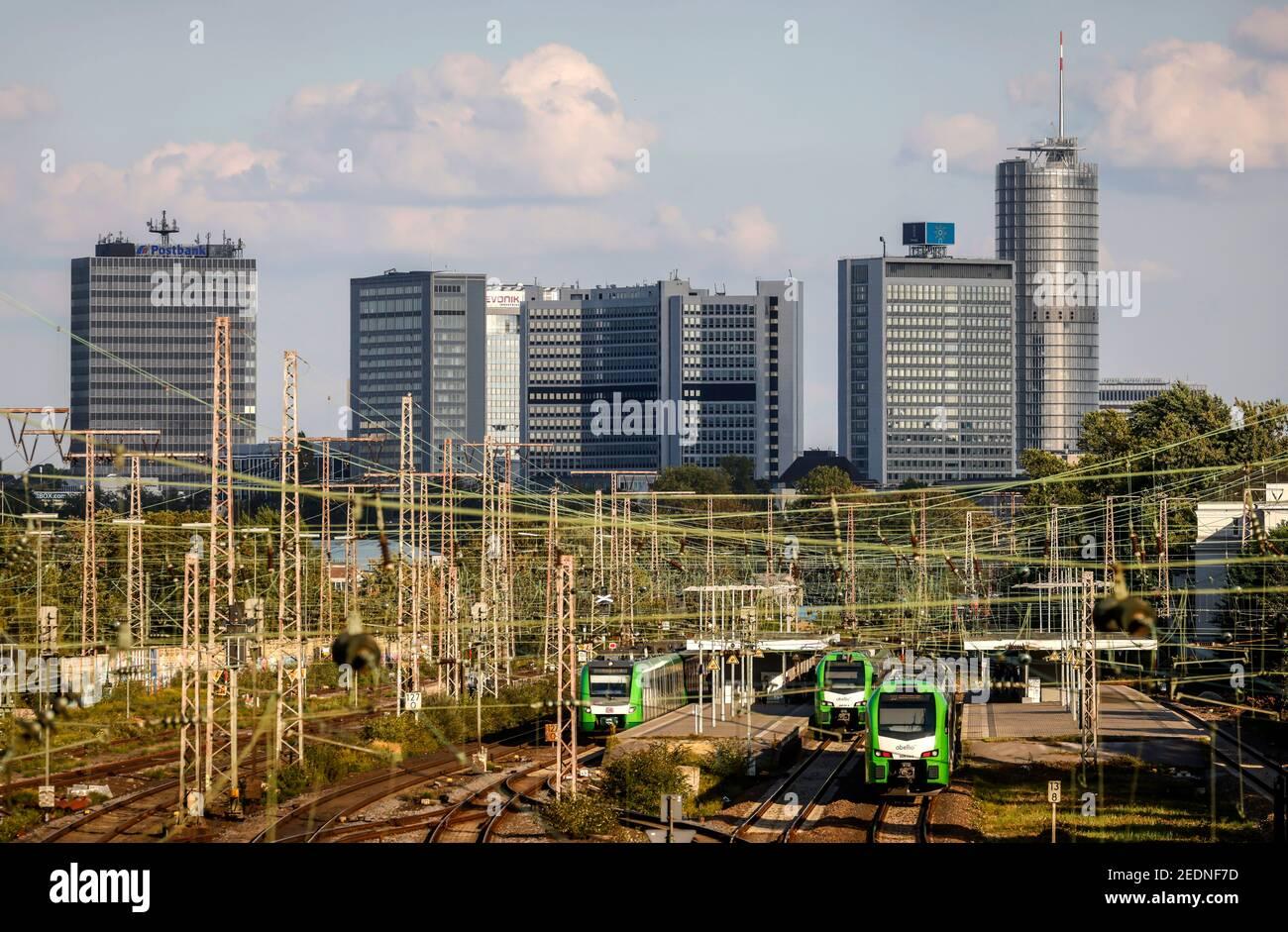07.09.2020, Essen, Rhénanie-du-Nord-Westphalie, Allemagne - vue panoramique sur la ville avec la Tour Postbank, le siège d'Evonik et la Tour RWE, en face des trains de banlieue à Banque D'Images