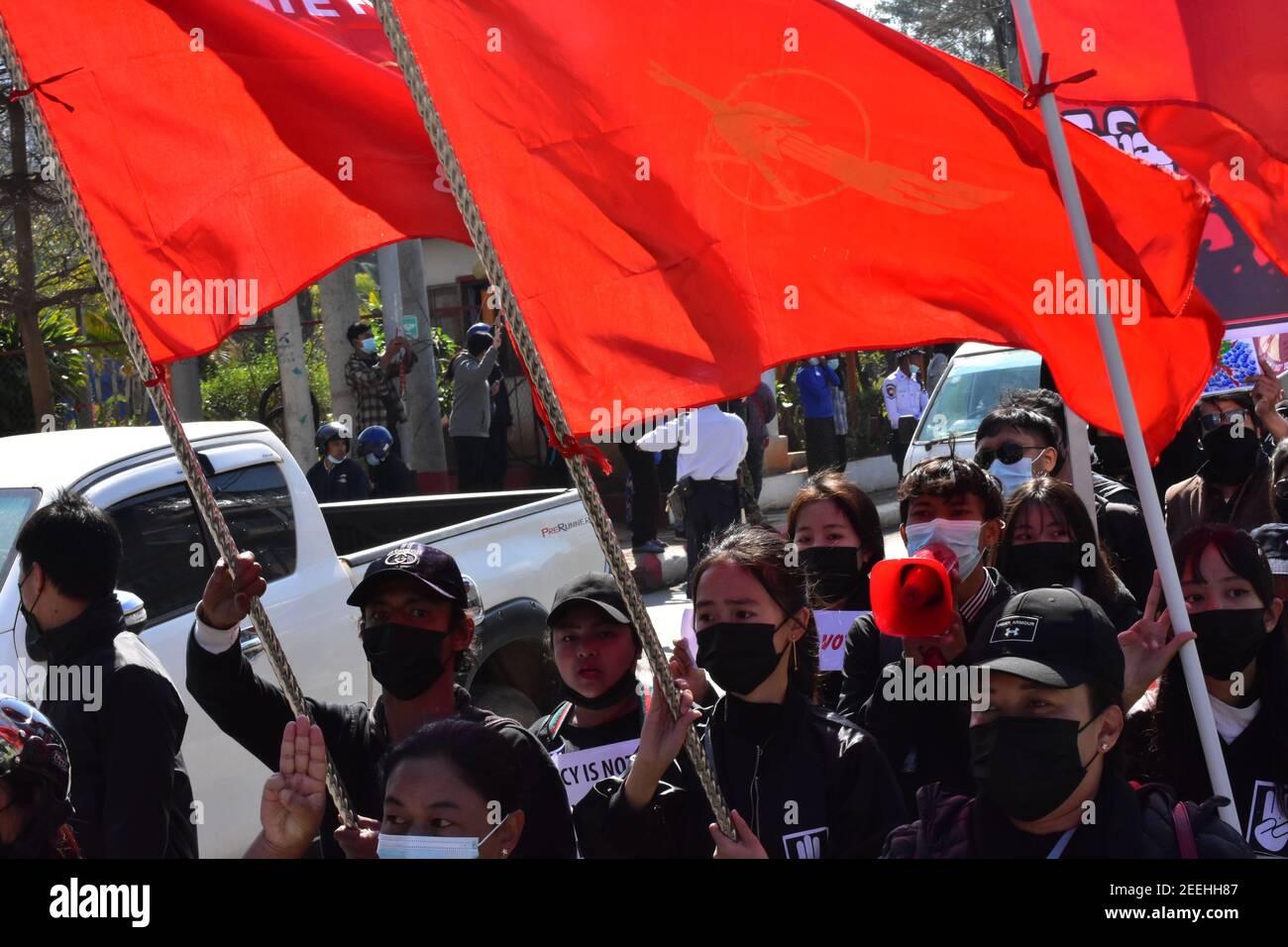 Le peuple birman est descendu dans la rue pour protester contre coup d'etat militaire Banque D'Images