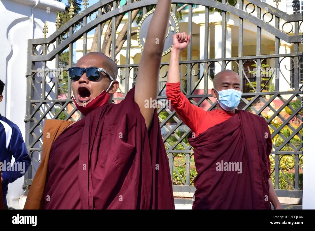Les moines du Myanmar protestent contre le coup d'Etat militaire Banque D'Images