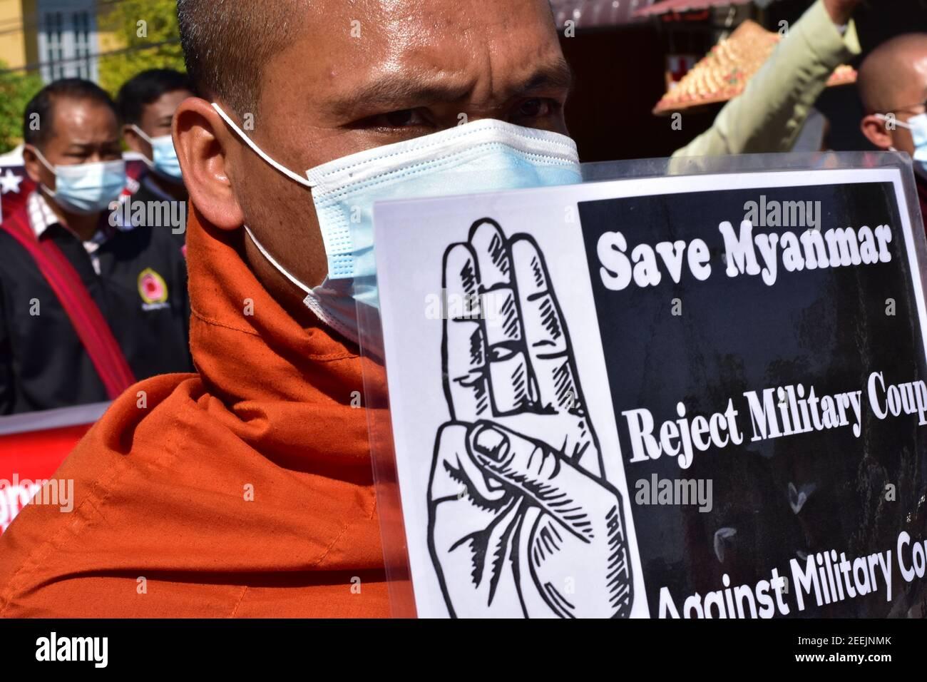 Les moines du Myanmar sont descendus dans la rue pour protester contre coup d'etat militaire Banque D'Images