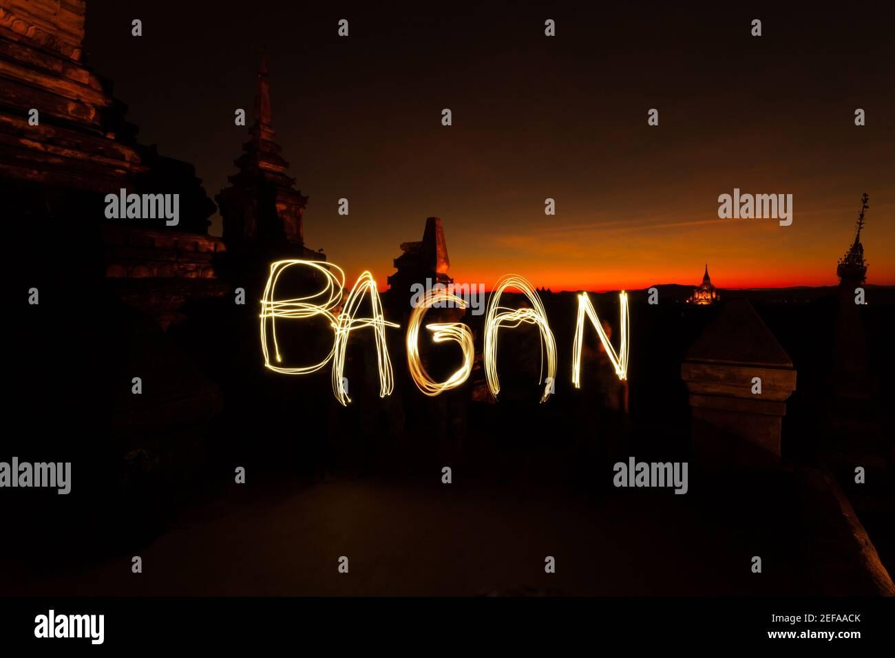 Bagan peinture de lumière contre le soleil couchant avec silhouettes de Temples en Birmanie Banque D'Images