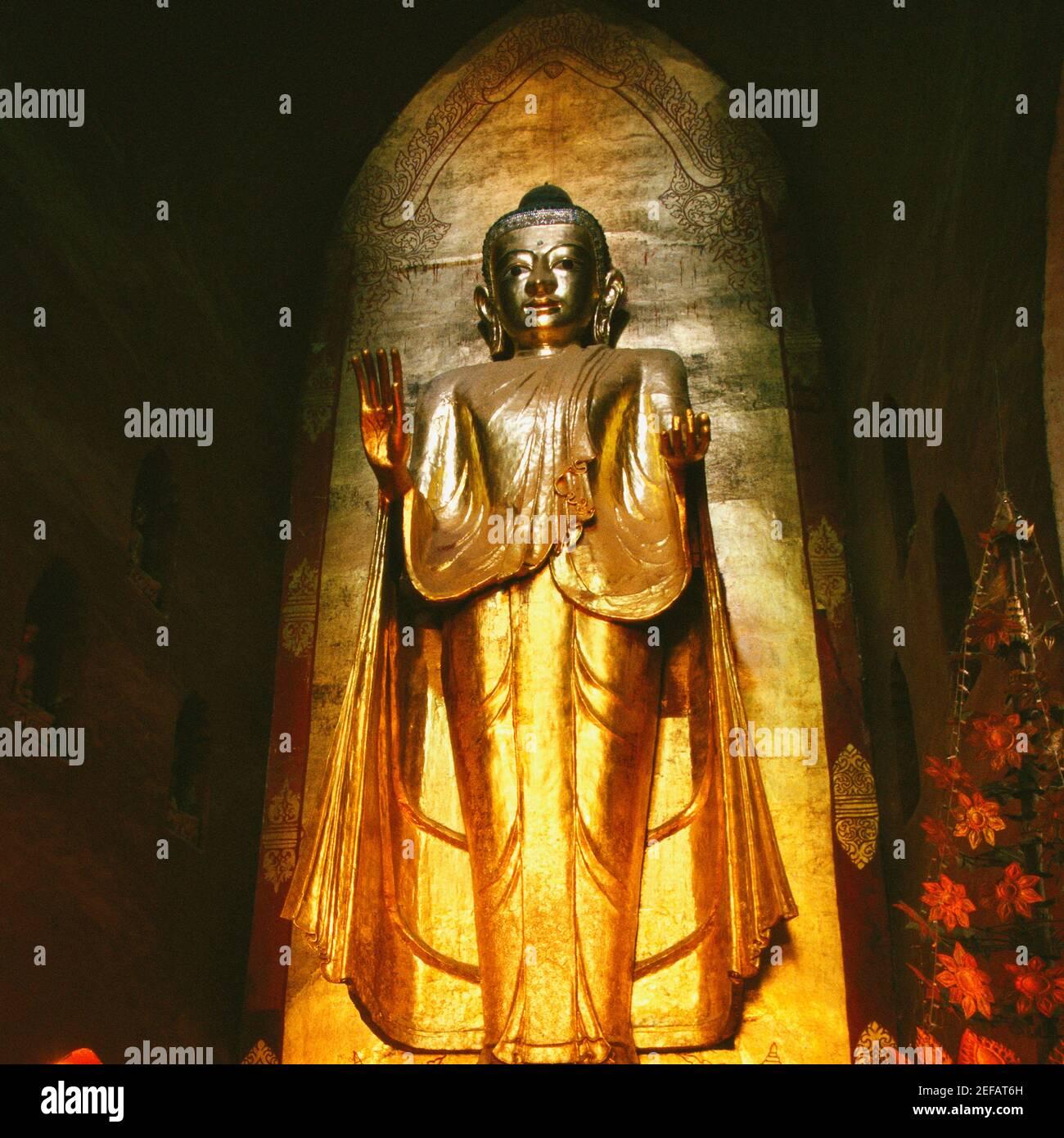 Vue à angle bas d'une statue de Bouddha, temple d'Ananda, Bagan, Myanmar Banque D'Images