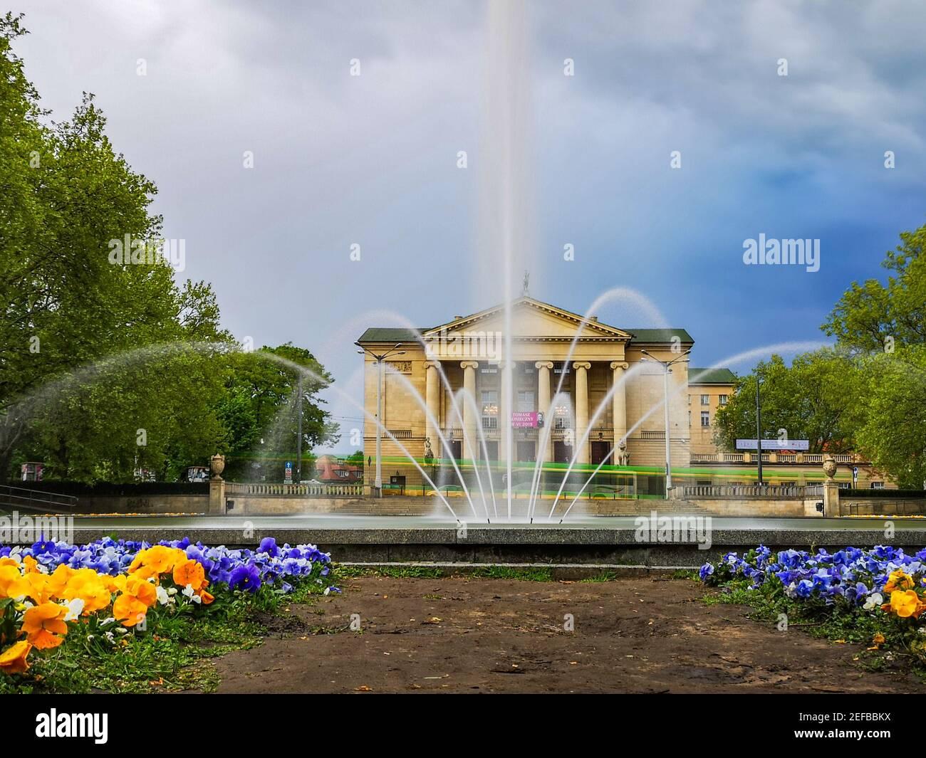 Poznan Pologne Mai 10 2019 Grande fontaine et jardin dedans Devant le Grand théâtre de Stanislaw Moniuszki Banque D'Images