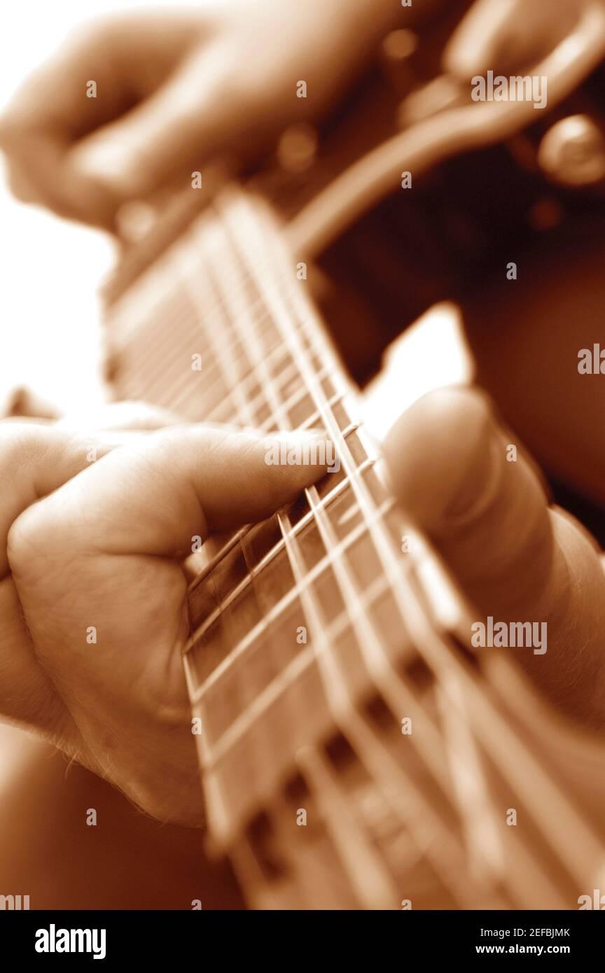 Gros plan extrême de l'homme jouant de la guitare Banque D'Images